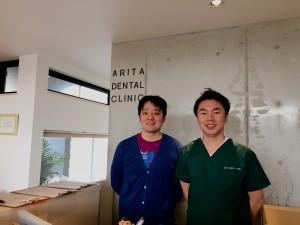 (右側)有田歯科医院の院長、有田先生!(とウチのインチョウ)