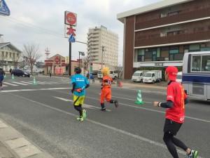 伊万里ハーフマラソン2016 11:53 スーパーサイヤ人が通過 井川歯科前 井川歯科撮影